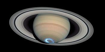 """Полярное сияние на южном полюсе Сатурна. Фото сделано зондом """"Кассини""""."""