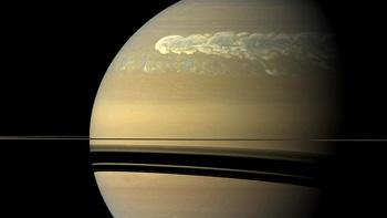 """Фото, сделанное зондом """"Кассини"""" в начале 2011 года. При этом приборы фиксировали до 10 вспышек молний в секунду, порождаемых этим штормом."""