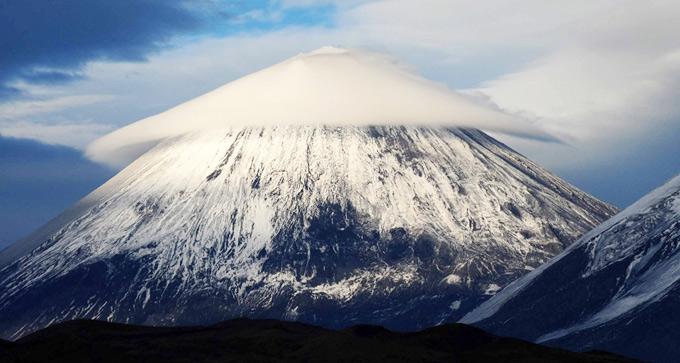 Облако-шляпа на вершине вулкана Ключевская Сопка (Камчатка)