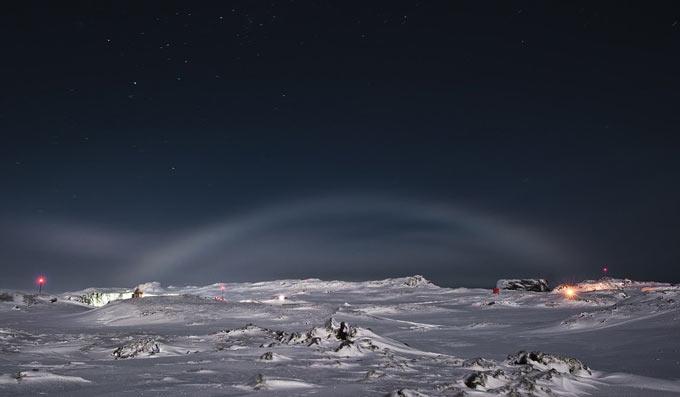 "Лунная радуга на полярной станции ""Беллинсгаузен"" в Антарктике"