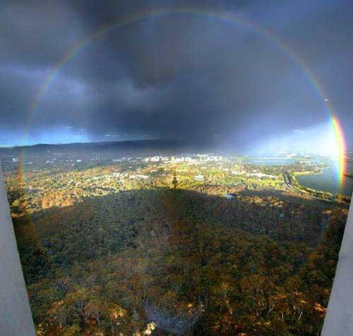 С высокой точки или с самолёта видно целую радугу