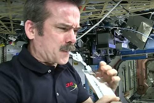 астронавты NASA пьют переработанную мочу