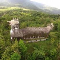 Храм-курица в Индонезии